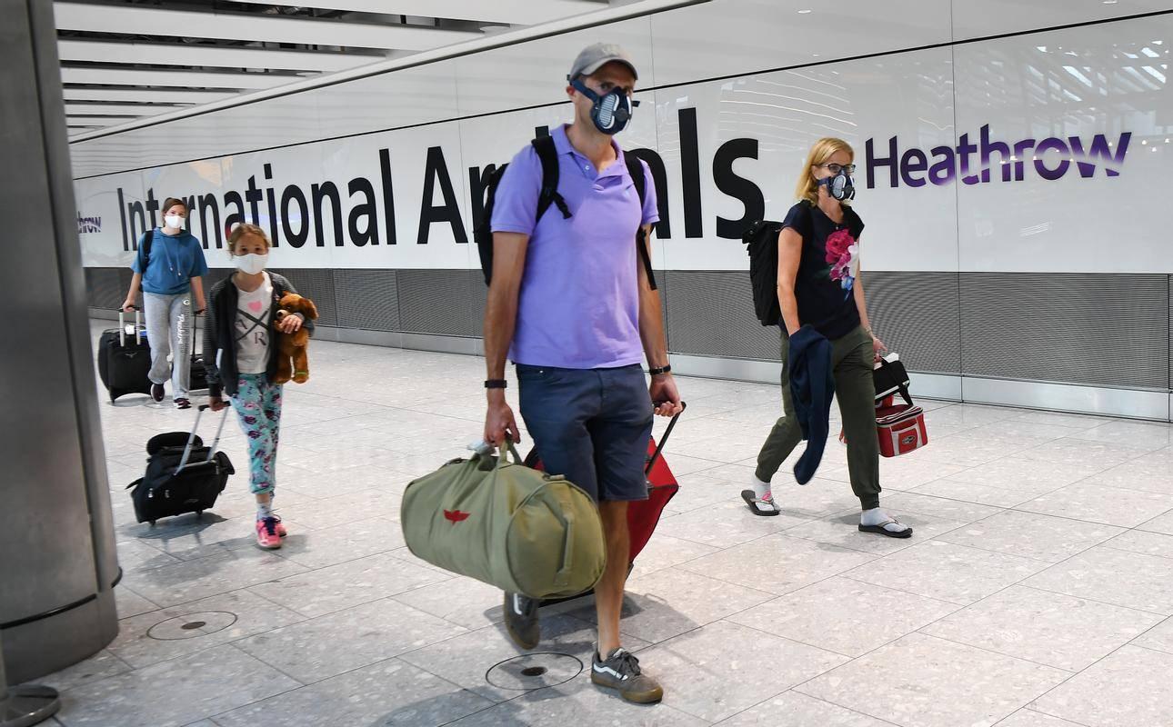 Potniki na londonskem letališču Heathrow. Britanski regulator za letalski promet (CAA) naj bi lastnike Heathrowa pozval, naj zagotovijo ustrezno dokapitalizacijo, sicer mu grozi nacionalizacija. : EPA