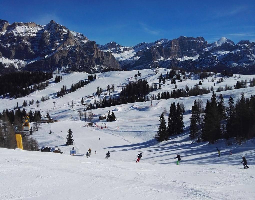 Še nikoli ni bilo v alpskih deželah pred smučarsko sezono toliko negotovosti, sploh zdaj, ko je veliko dejavnosti zaradi epidemije zaprtih. Upravljavci smučišč so sicer optimistični zagotavljajo, da bodo sezono izpeljali, seveda z določenimi omejitvami (v Avstriji so se že septembra odrekli zabavam