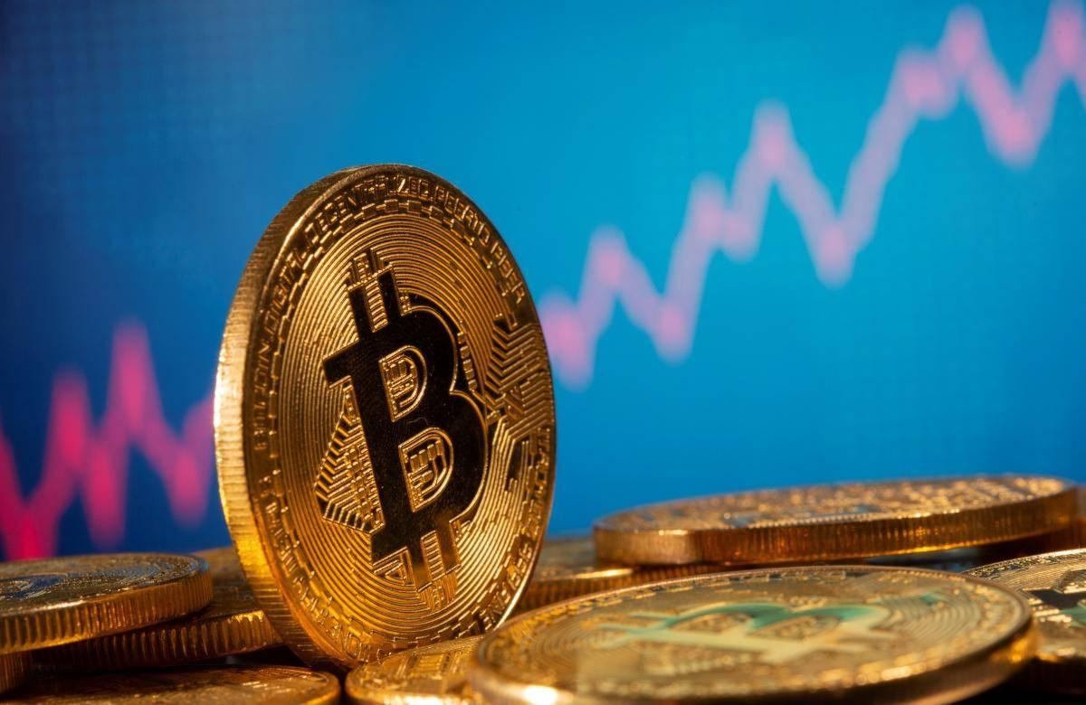Marca je cena bitcoina v navalu panike, ki je zajela finančne trge, strmoglavila na 3600 dolarjev, od takrat pa poskočila za več kot 500 odstotkov, do današnjih 23.690 dolarjev. Tržna kapitalizacija vseh kriptovalut (market cap) je ob 13. uri znašala skoraj 650 milijard dolarjev, bitcoin je imel pri tem kar 65-odstotni delež. Foto: Reuters