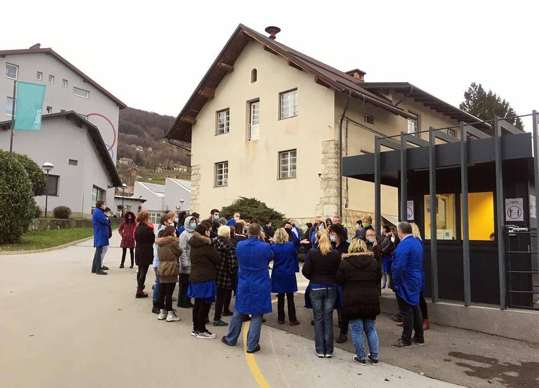 Delavci so ustavili delo in vztrajajo pred vhodom v Iskrin obrat v Semiču. Foto: BoBo