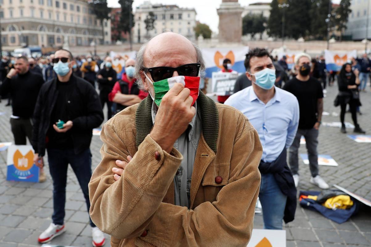 Italijani bodo letos veliko manj porabili, kar močno skrbi gospodarstvo. Foto: Reuters