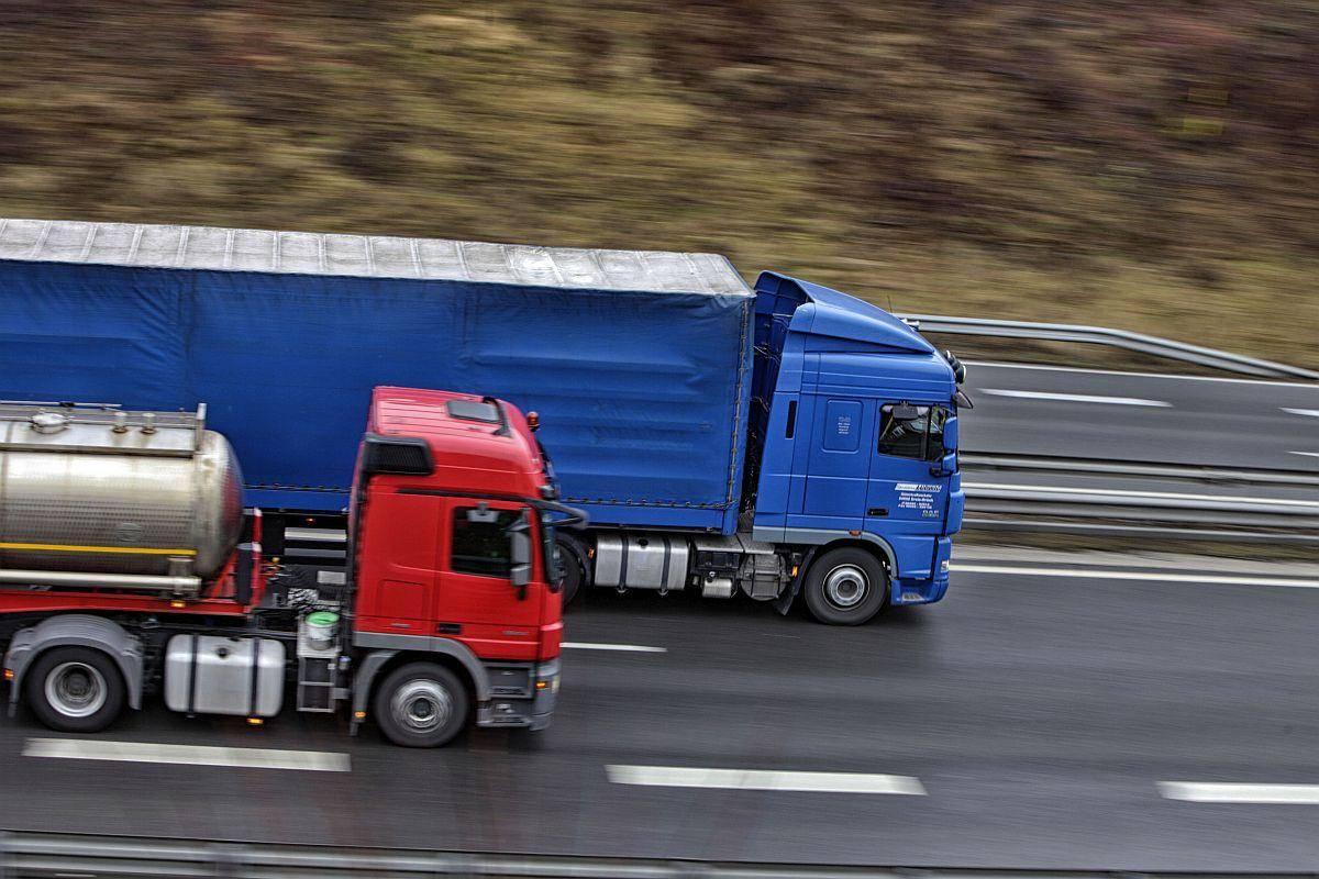 Nova zakonodaja naj bi pospešila prehod na cestni promet brez škodljivih izpustov in pomagala zmanjšati onesnaženost zraka v mestih. Foto: BoBo