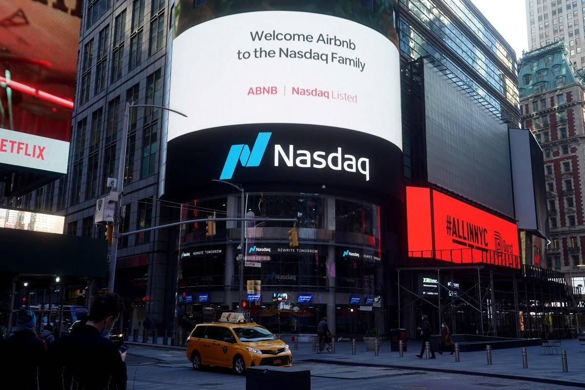 Airbnb je v četrtek uspešno začel kotirati na Newyorški borzi Nasdaq, tečaj se je (v primerjavi z izklicno ceno 68 dolarjev) povzpel za 112 odstotkov, tržna vrednost podjetja pa je dosegla 86,5 milijarde dolarjev. Foto: Reuters