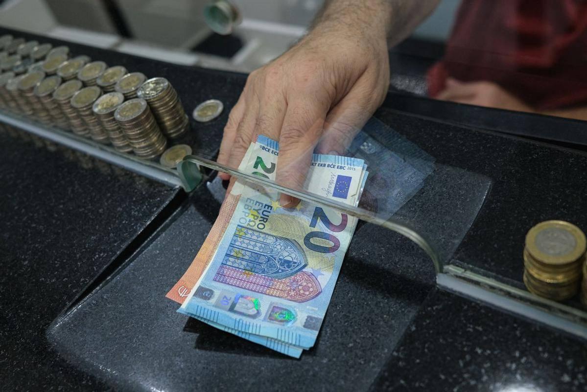 Predsednik uprave NLB-ja opozarja, da je rast obsega denarnih vlog ob zapiranjih javnega življenja in obsežnih javnofinančnih ukrepih še večji, saj judje denarja nimajo kje trošiti in se ta nalaga v bankah. Foto: EPA