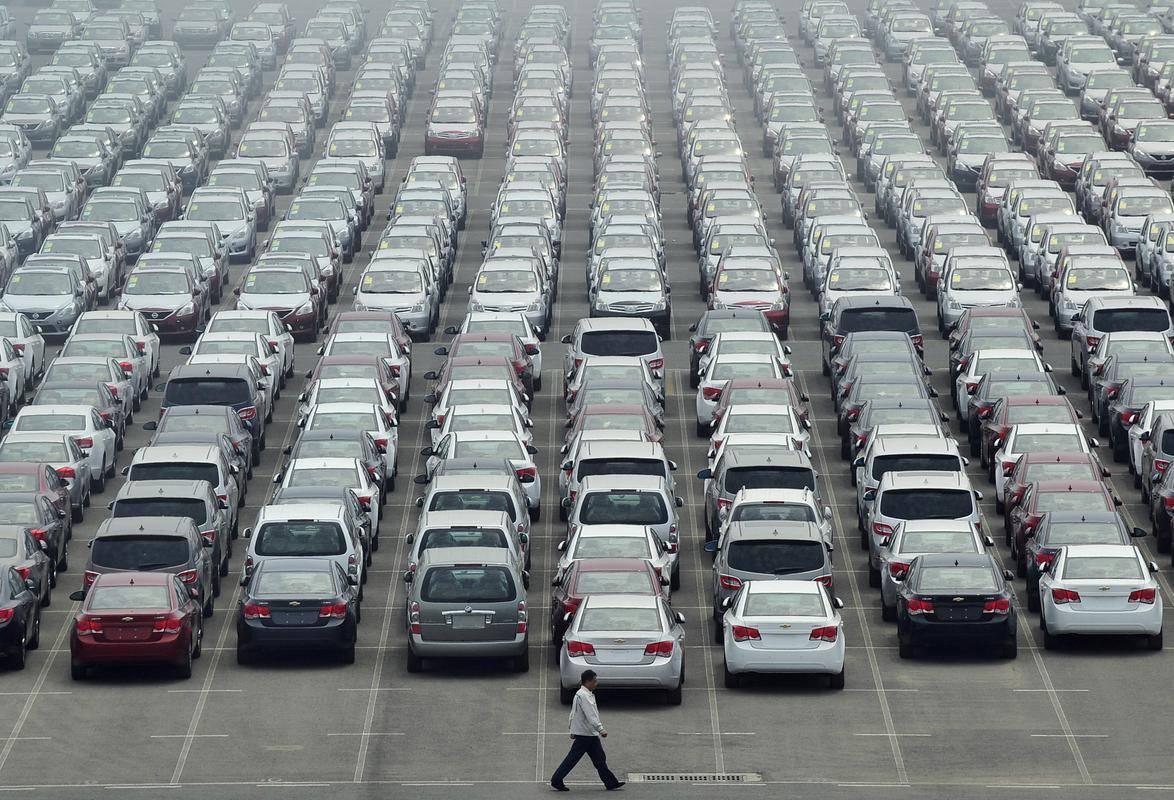 V državni proračun se je lani steklo skupaj 45 milijonov evrov davka na motorna vozila in dodatnega davka na motorna vozila skupaj. Zdaj vlada pričakuje, da se bo ta številka zmanjšala za dve tretjini. Foto: Reuters