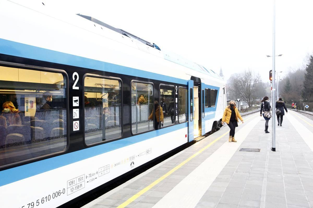 Ob sprostitvi javnega potniškega prometa je po slovenskih železnicah zapeljal nov Stadlerjev vlak. Foto: BoBo