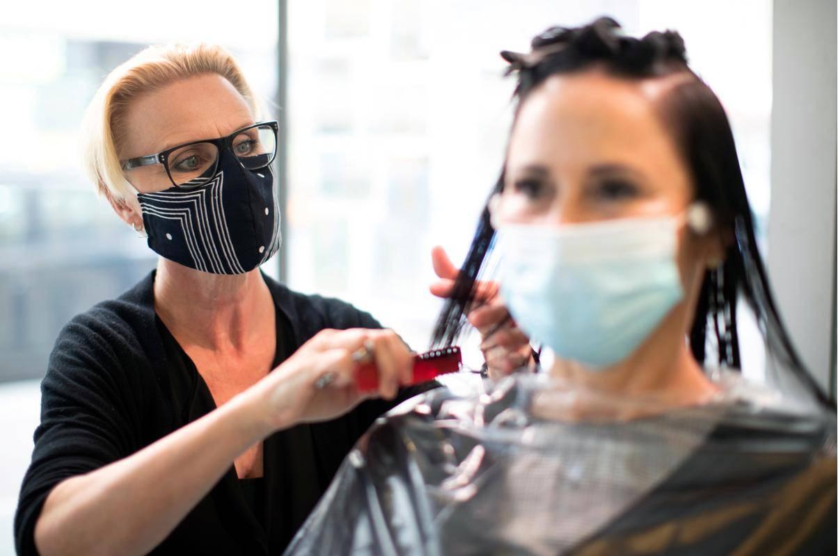 V četrtek se frizerski saloni spet zapirajo. Za urejanje frizure tako ostajata zgolj še dva dni. Foto: Reuters