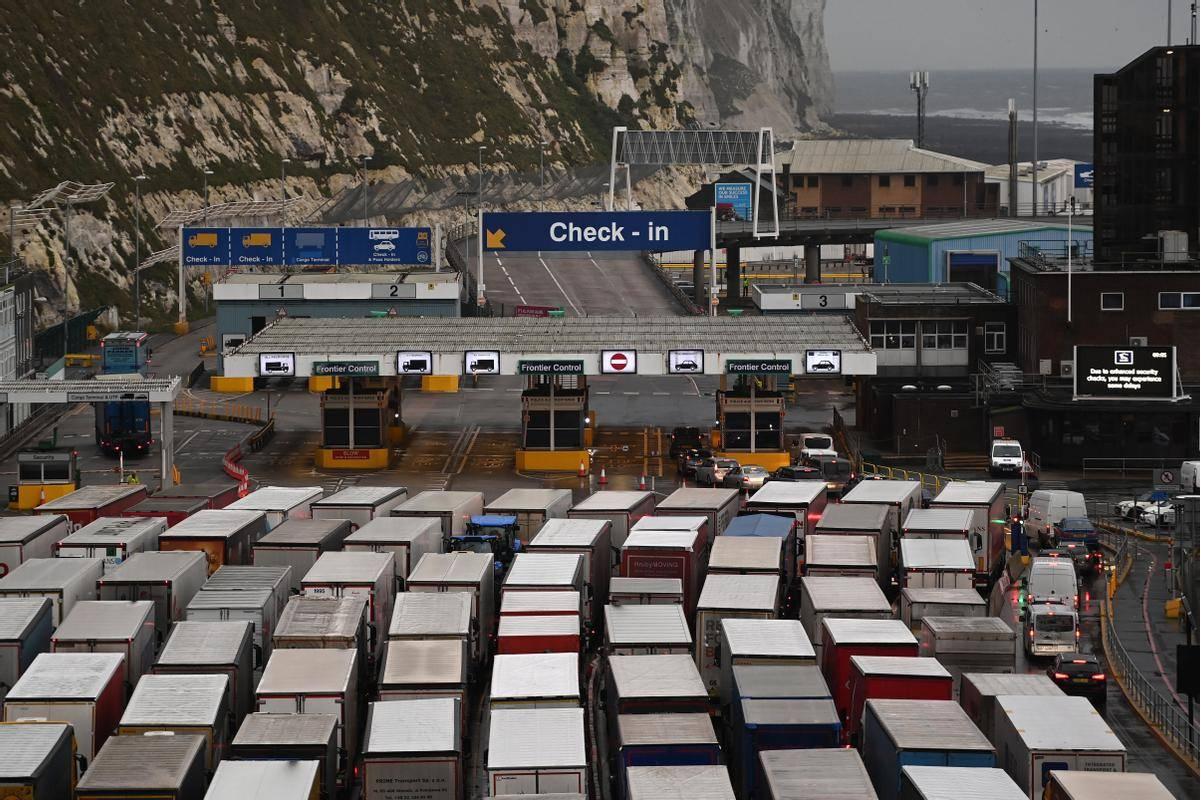 Trenutno sta zaprta tako pristanišče v Dovru kot železniški predor Eurotunnel. Foto: EPA