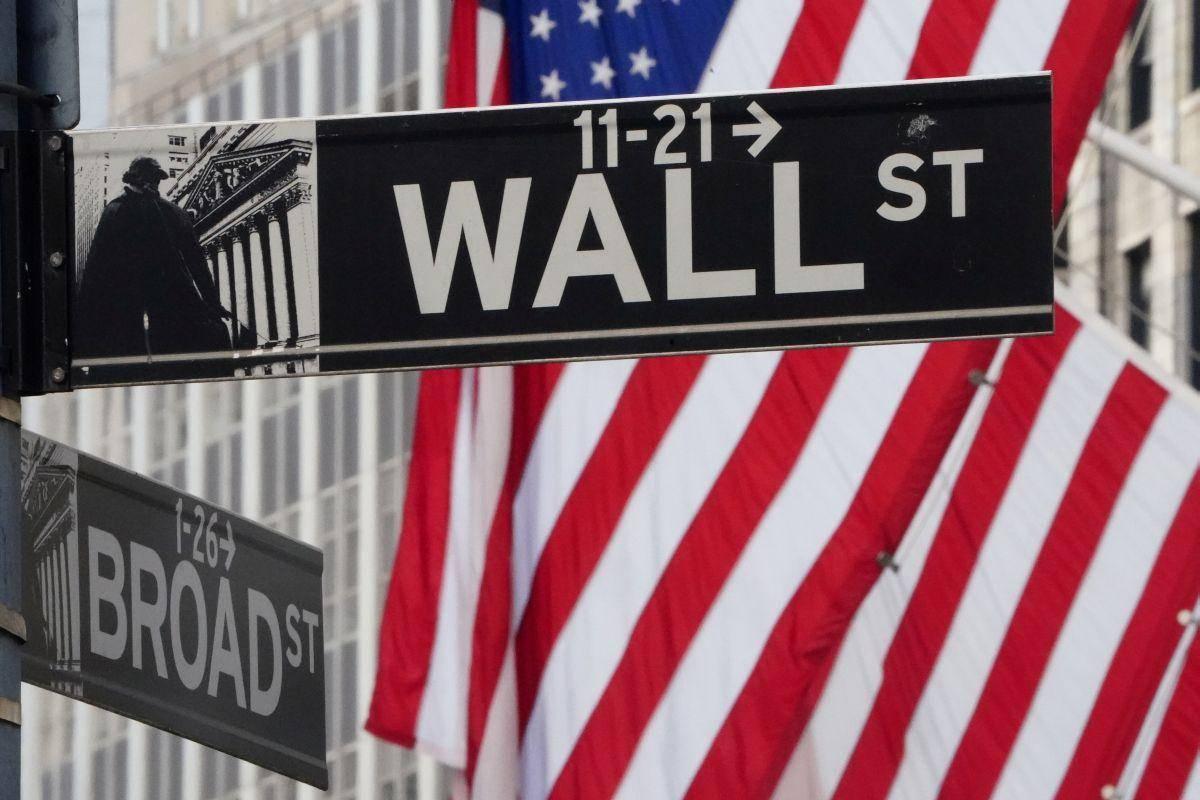 Newyorški Indeks S & P (3.799 točk) se je v torek zvišal za 0,8 odstotka, Dow Jones (30.930 točk) pa je pridobil pol manj. Najpriljubljenejši kazalnik o vrednotenju delniškega trga, multiplikator pričakovanega dobička za prihodnjih 12 mesecev (kazalnik P/E) je pri indeksu S & P 500 trenutno kar 45 odstotkov višje od povprečja zadnjih 20 let.
