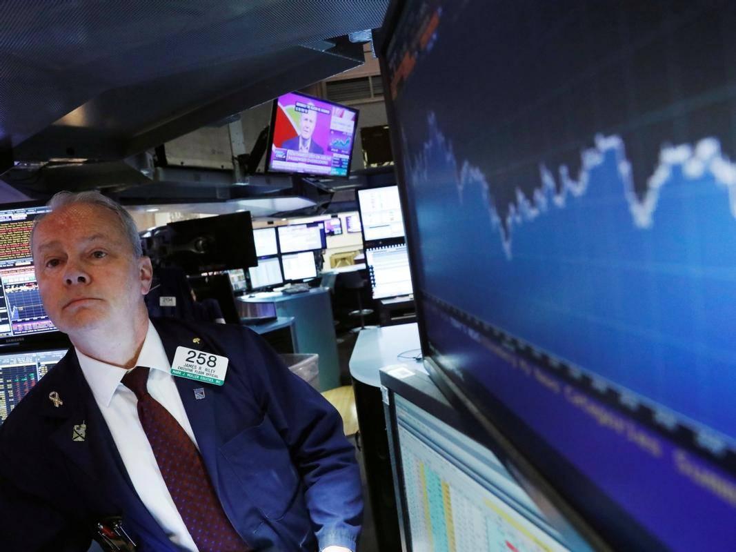 Vse več je opozoril, da bo potrebna rast cen, da bi se (po koncu epidemije) uravnotežila občutno višje povpraševanje in razpoložljiva ponudba, ki jo je kriza precej prizadela. Finančni trgi se tega za zdaj še ne bojijo, donosnosti vladnih obveznic so še naprej zelo nizke oziroma negativne, delniški indeksi pa so večinoma na rekordnih vrednostih. Foto: Reuters