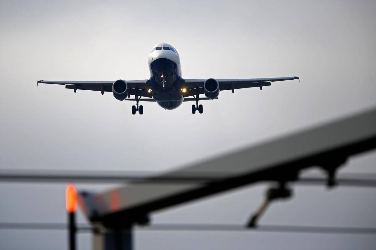 Letalski promet se je na določenih območjih skoraj popolnoma ustavil. Foto: Reuters