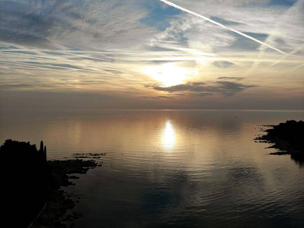 Sončni zahod na Jadranskem morju. Foto: EPA
