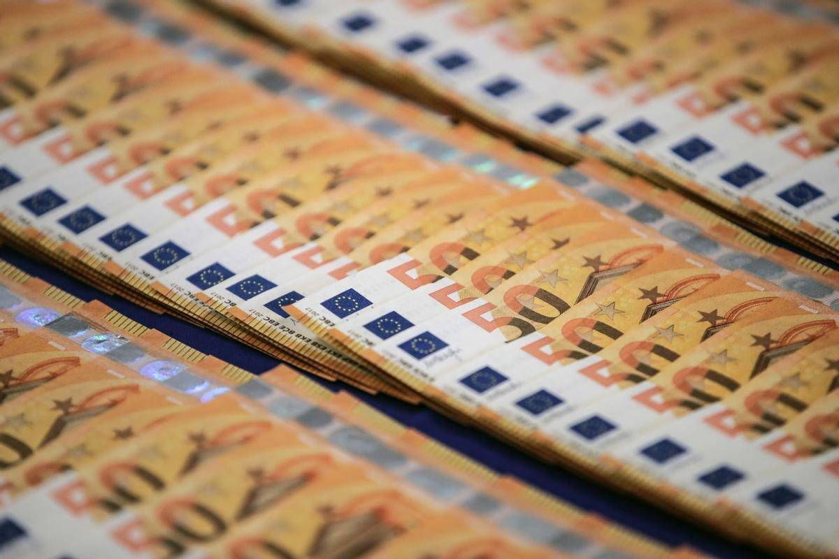 Januarja je zaradi koronaukrepov v državni blagajni zmanjkalo 432 milijonov evrov. Foto: EPA