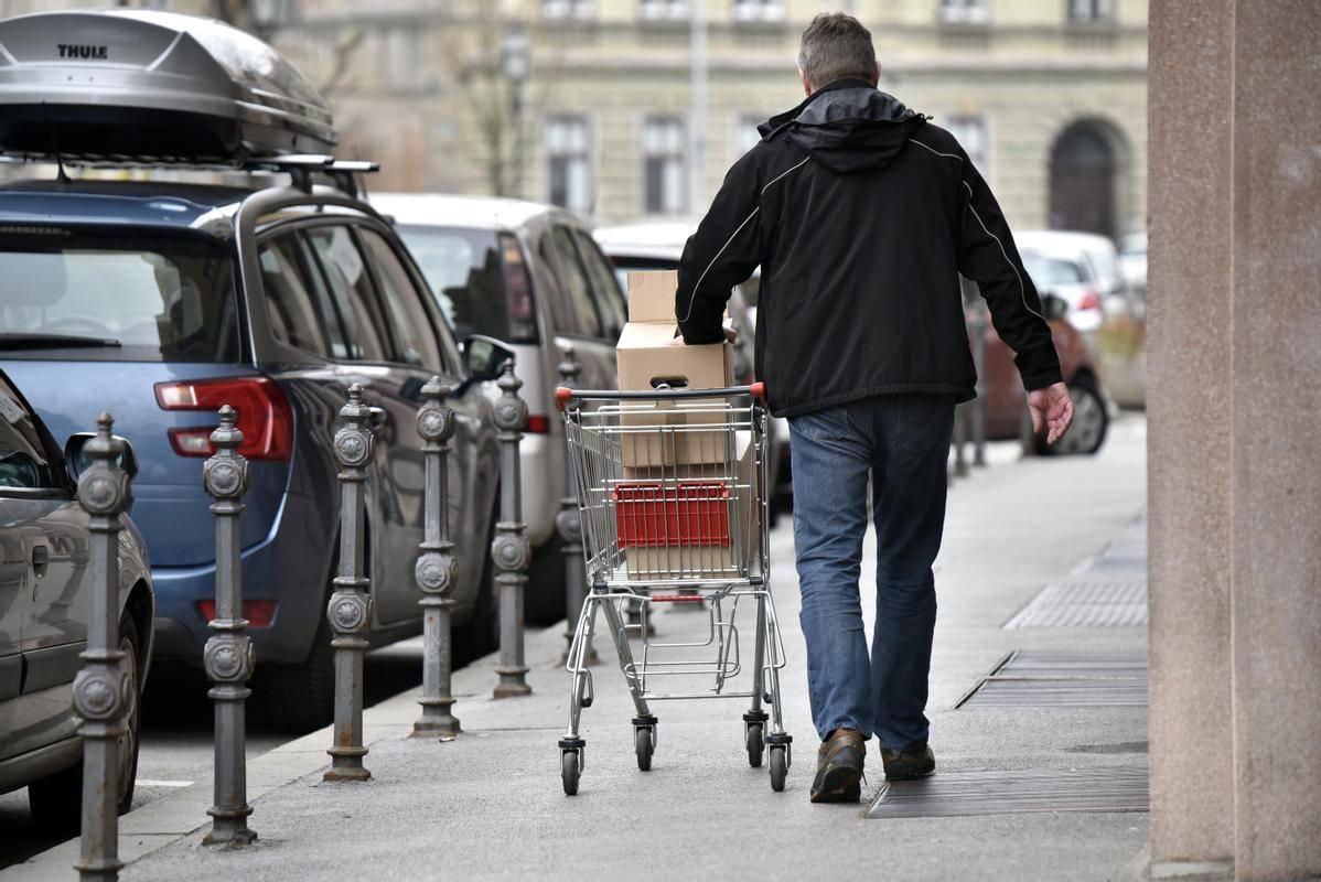 Novi odlok od potrošnika oziroma stranke ne zahteva več predložitve negativnega izvida testa za uporabo storitev. Foto: BoBo