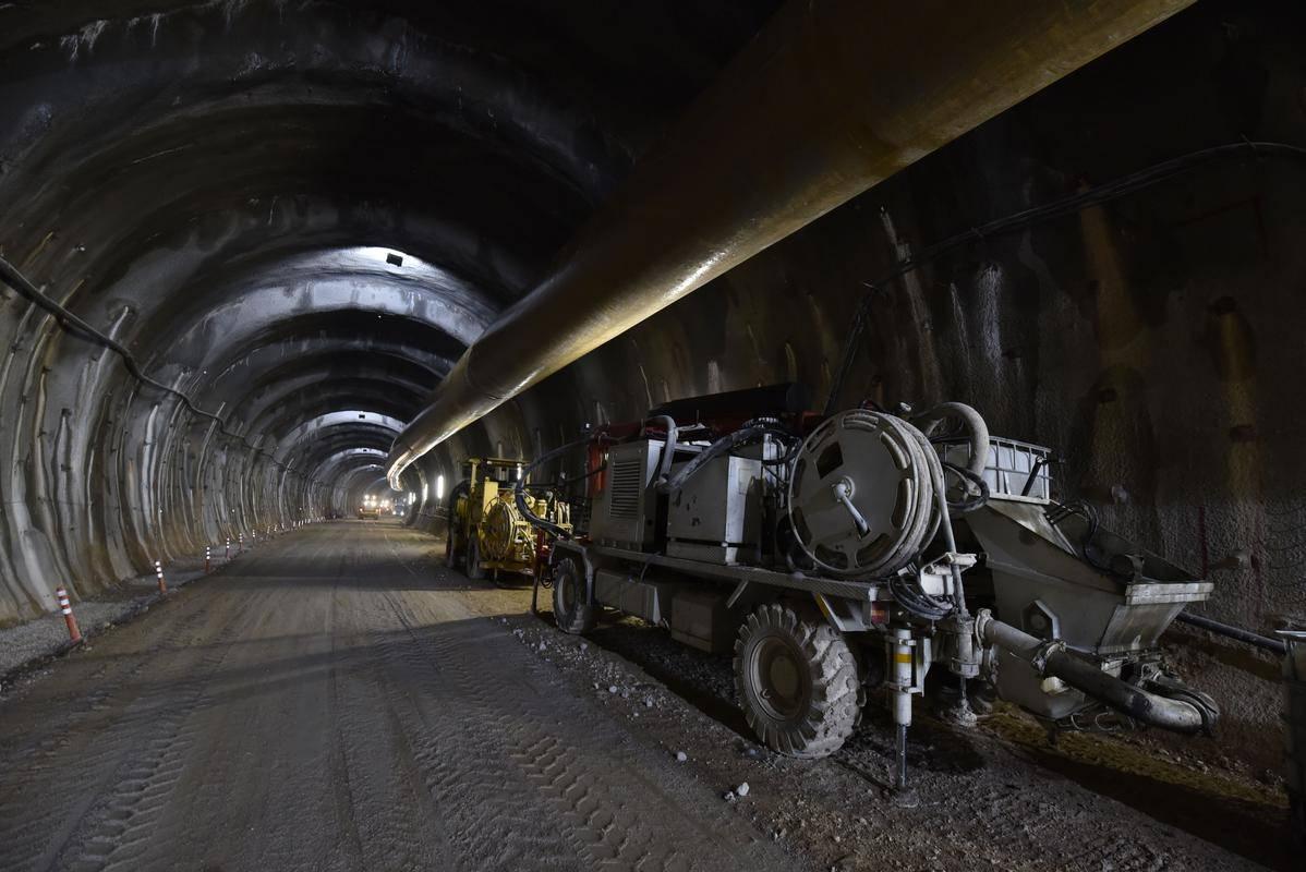 Gradnja druge cevi predora Karavanke poteka pospešeno, kratkotrajne prekinitve so potrebne le ob miniranju na avstrijski strani. Foto: BoBo/Žiga Živulović ml.