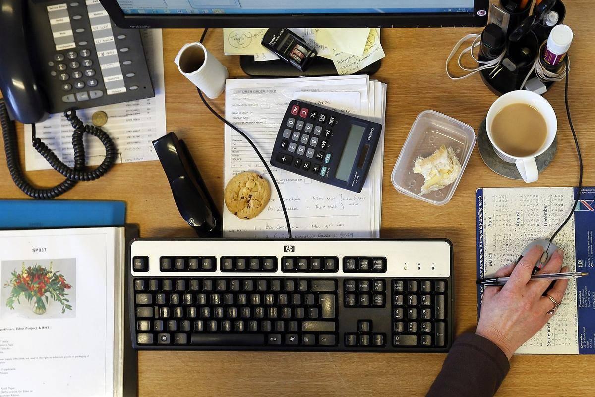 Država je doslej med drugim izplačala tudi za 244 milijonov evrov mesečnega temeljnega dohodka in socialnih prispevkov samozaposlenim in drugim upravičencem. Foto: Reuters