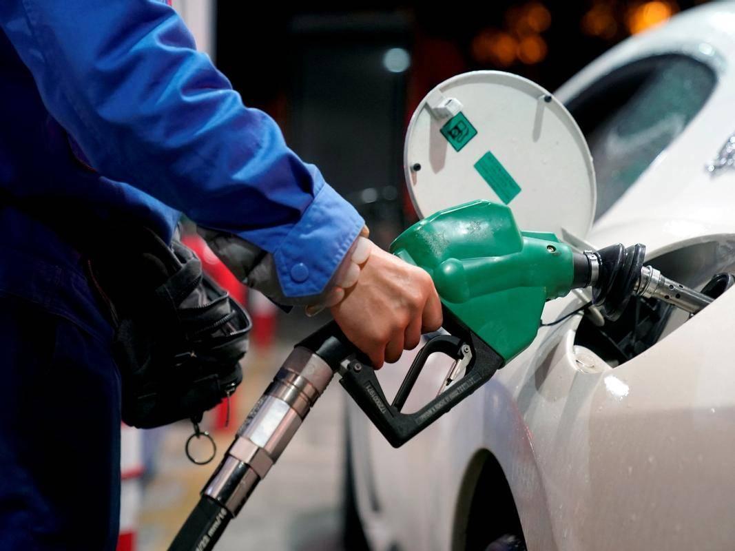 Ob fiksni trošarini in tako rekoč dnevnih ali nekajdnevni skokih cene, so podražitve bolj občutne. Foto: Reuters