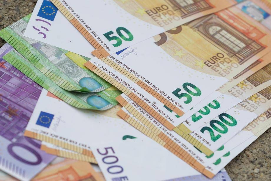 Država je v zadnjem četrtletju 2020 ustvarila za 1,101 milijarde evrov primanjkljaja ali 9,2 odstotka BDP-ja. Ta primanjkljaj je bil povezan z ukrepi države za omilitev posledic epidemije covida-19. Foto: EPA
