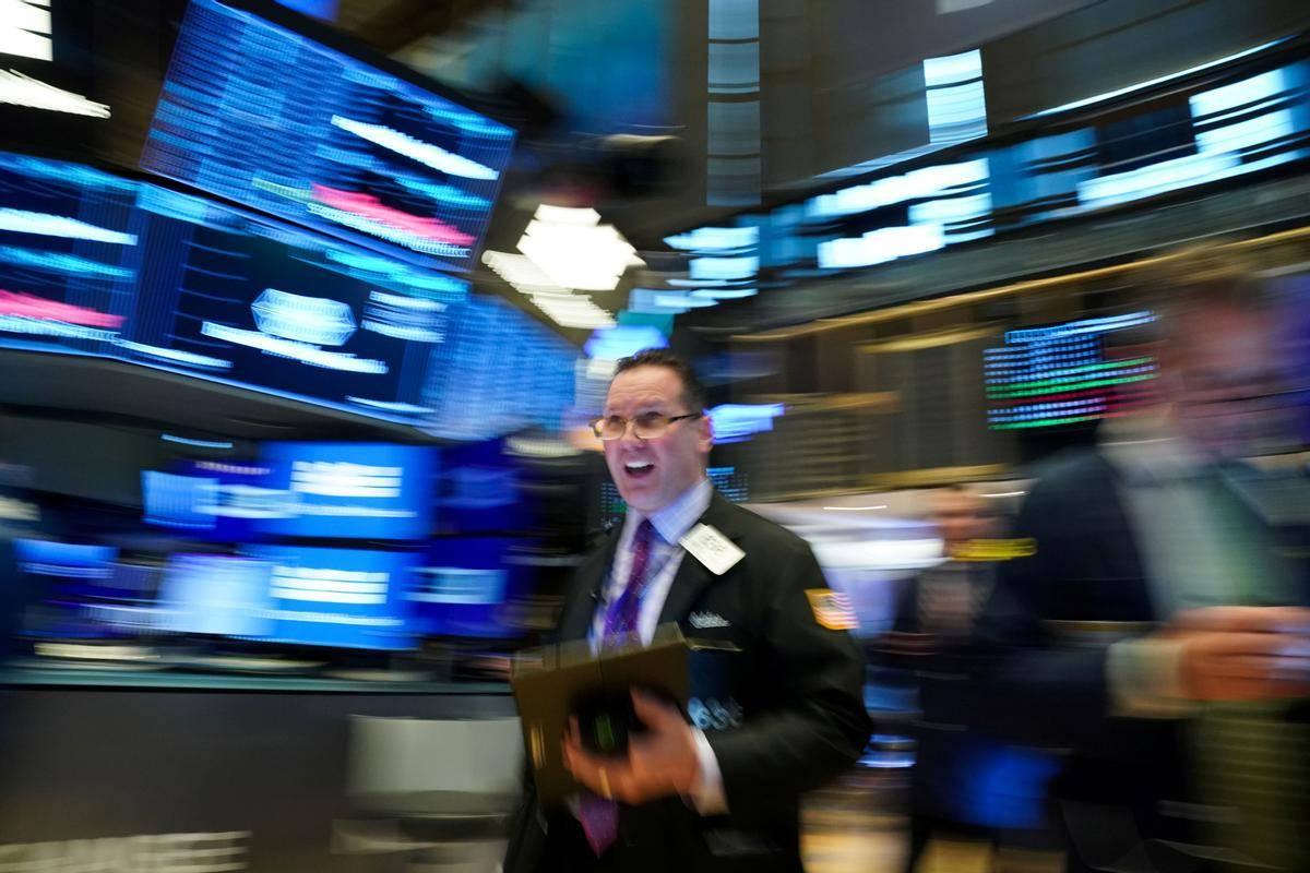 Elitni Dow Jones je torkovo trgovanje sklenil pri 31.391 točkah (–0,46 %), medtem ko je tehnološki Nasdaq izgubljal precej močneje in zdrsnil do 13.358 točk (–1,69 %). Vseeno je še vedno slabe štiri odstotke višje kot na začetku leta. Foto: Reuters