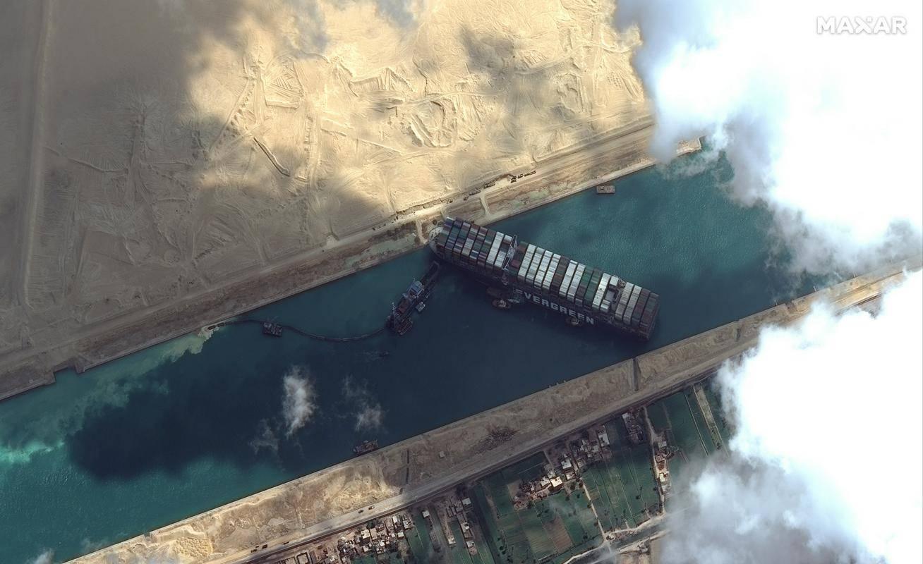 Nasedla ladja je povsem ohromila prevoz tovora skozi Sueški prekop. Foto: EPA