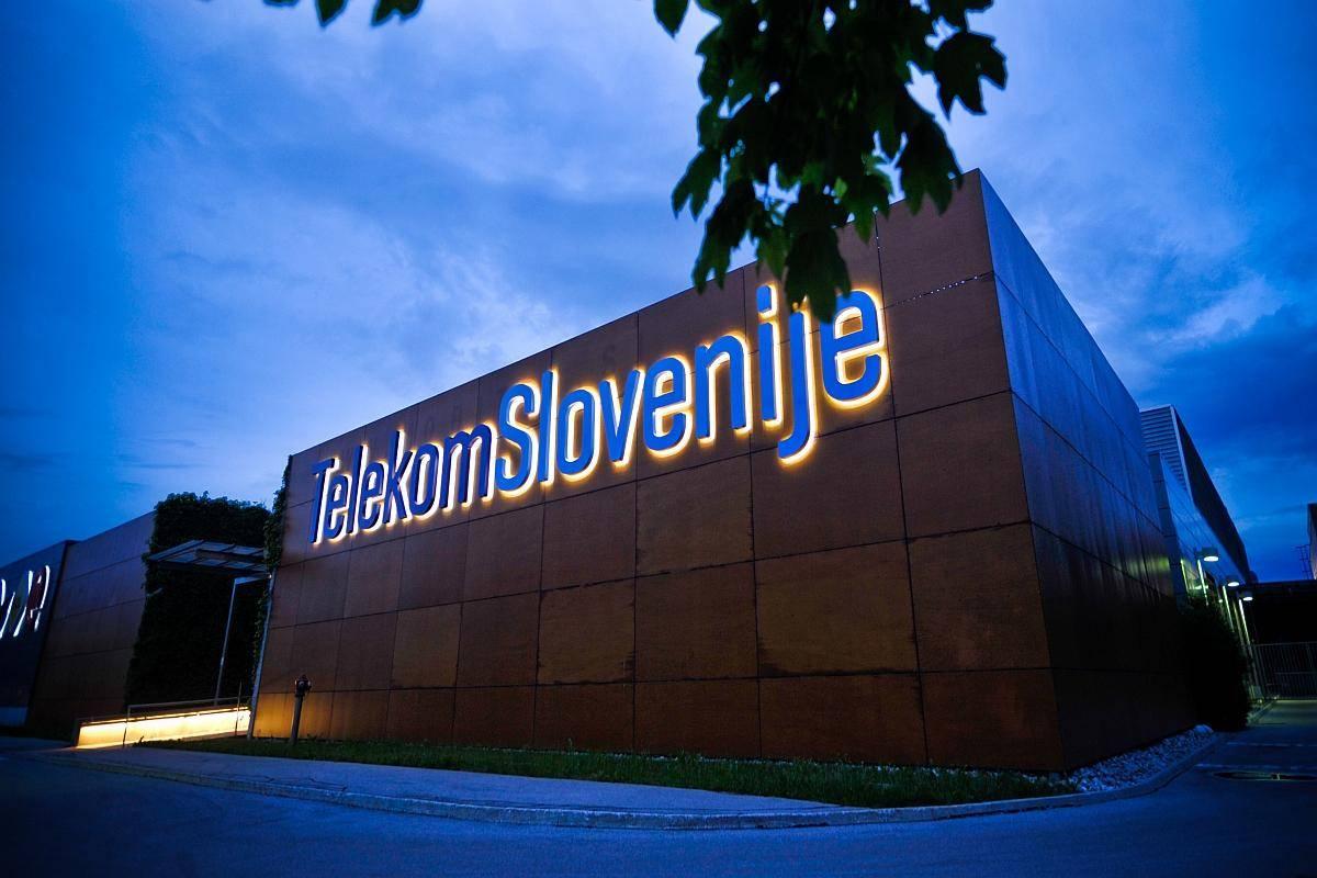 Telekom čakajo precejšnji izzivi. Predvidoma ta mesec bo stekla dražba za frekvenčne pasove za vzpostavitev tehnologije 5G, znižanje 300-milijonskega dolga pa bo Telekom skušal rešiti s prodajo kosovske družbe Ipko in slovenske družbe TS media, pod katero spada spletni portal Siol. Telekom bremenijo tudi milijonske tožbe, ki jih vlagajo konkurenti, je v torek za TV Slovenija poročala Vesna Zadravec. Foto: BoBo