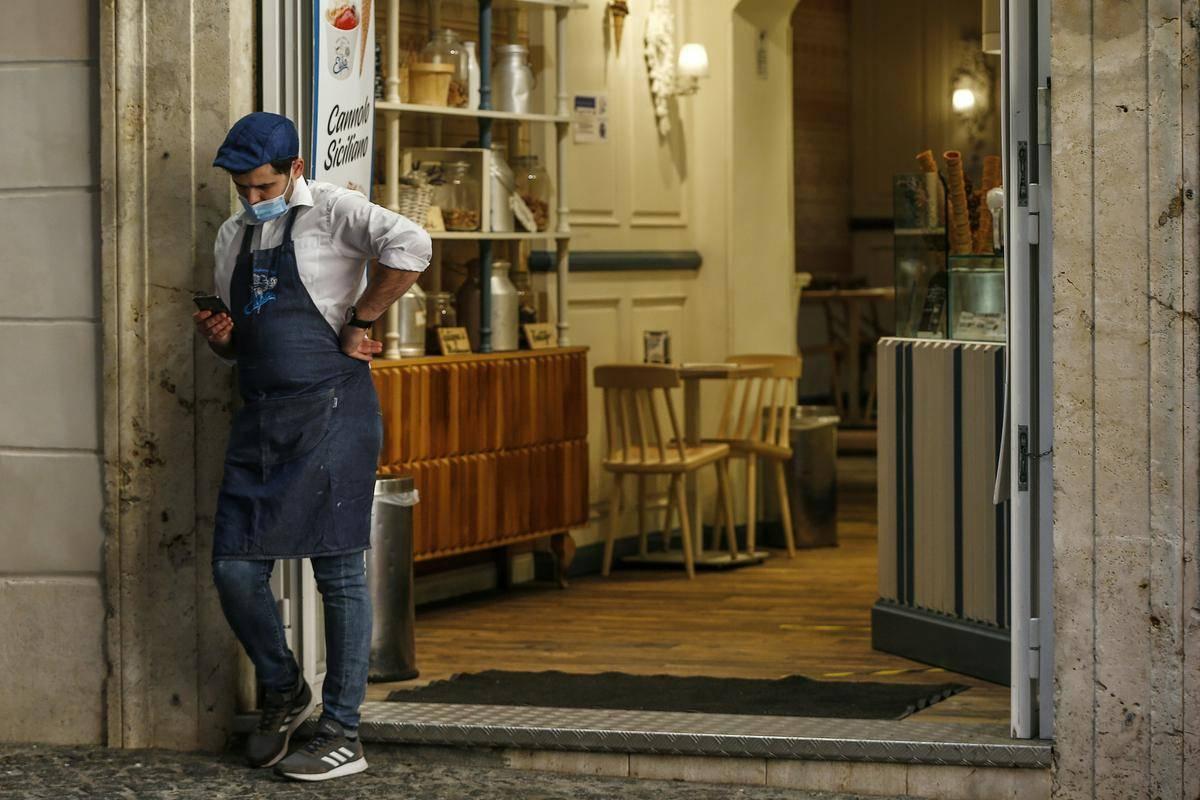 Gostinci po vsej Evropi so v pandemiji nasrkali ‒ a le v redkokateri državi so gostinski obrati zaprti že pol leta. Foto: AP