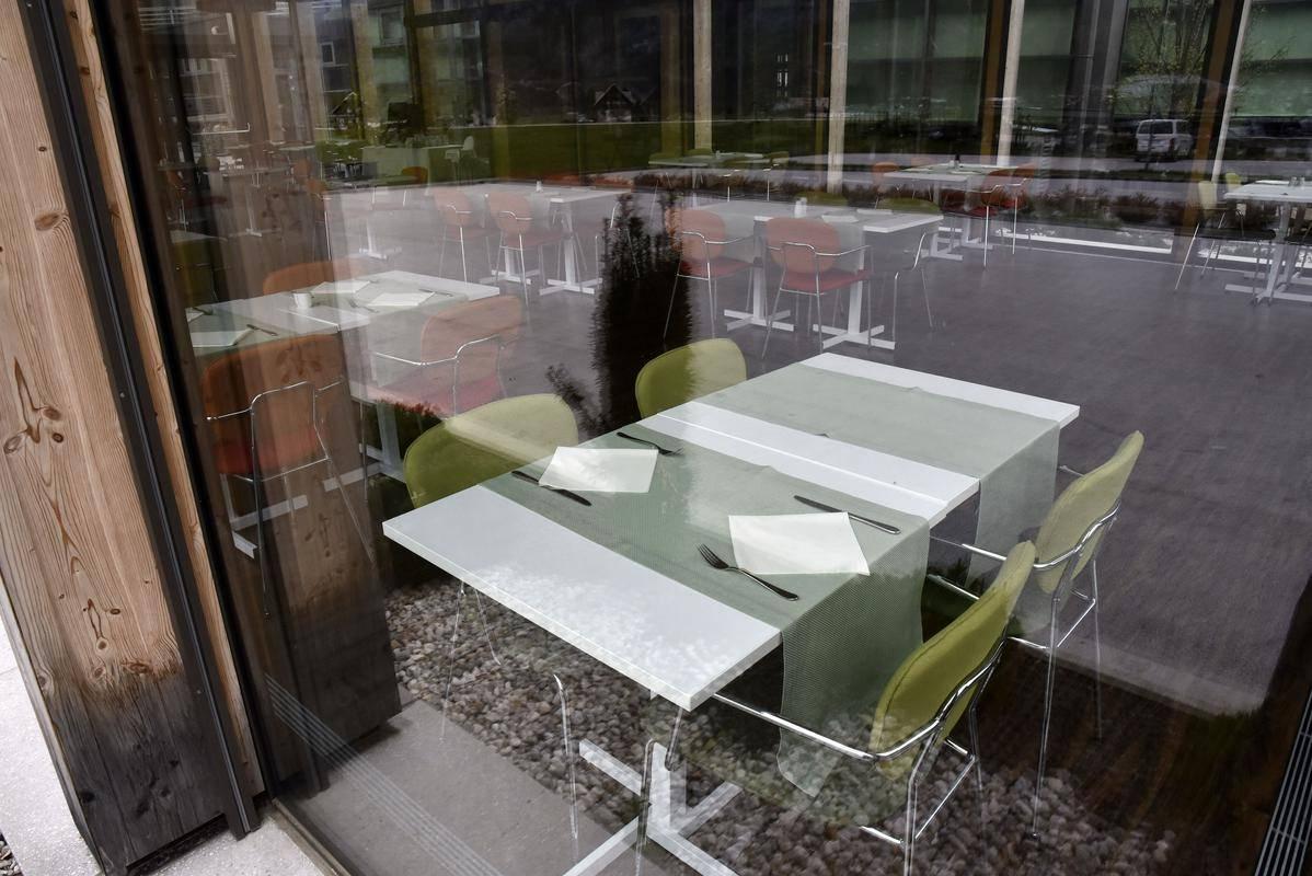 Največji nesmisel je po mnenju turistično gostinske zbornice odločitev, da gostje nastanitvenih enot ne smejo uporabljati notranjosti hotelskih restavracij. Foto: BoBo