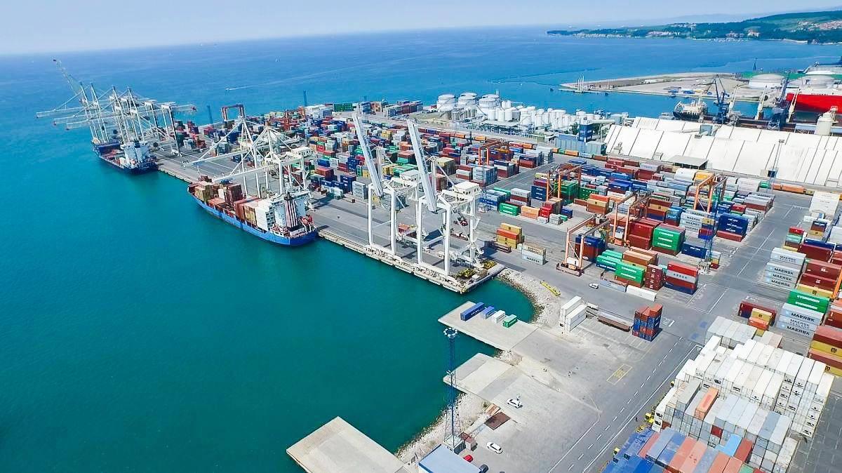 V Luki Koper načrtujejo širitev skladiščnih površin in operativne obale zabojniškega terminala, kar bo dvignilo kapacitete pristanišča. Foto: RTV SLO/Ergyn Zjeci