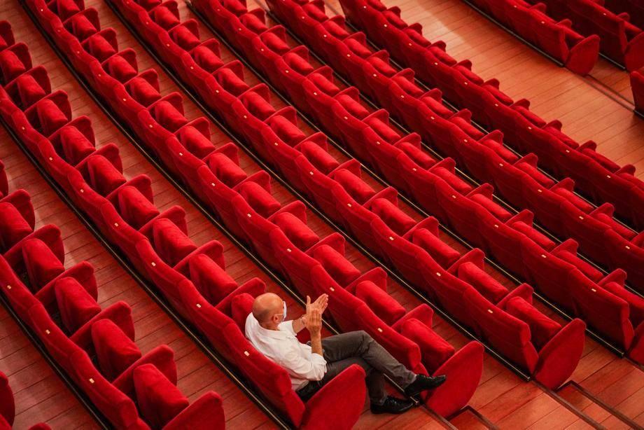 Gledališča in druge kulturne ter verske ustanove bodo spet lahko organizirale dogodke, a ob polovični zasedenosti sedišč. Foto: EPA