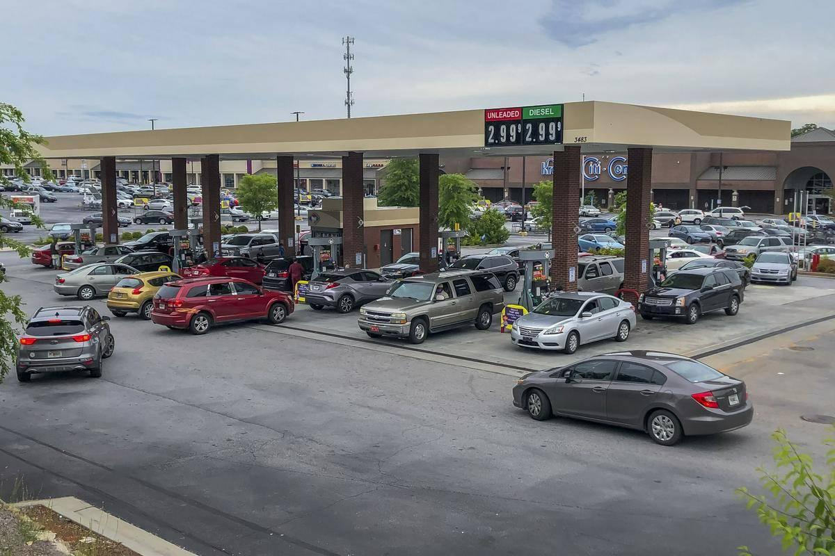 Kolona na bencinski črpalki v Georgii. Foto: EPA