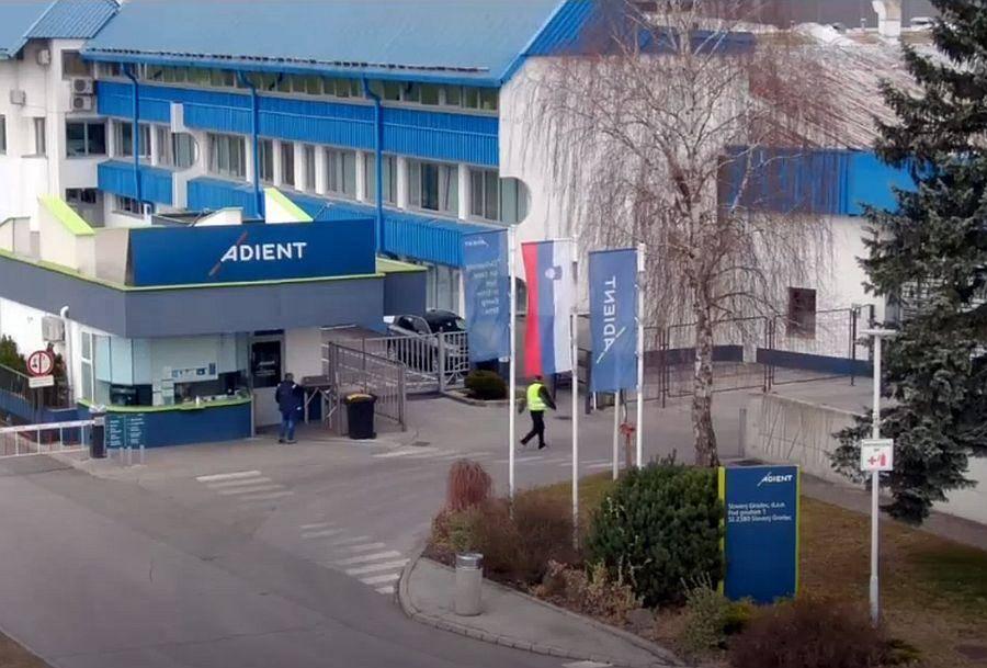 Lastniki multinacionalke Adient so ob napovedi zaprtja obrata v Slovenj Gradcu marca letos med razlogi za zaprtje navedli, da Slovenija z vidika stroškov ni več najboljša država, k odločitvi za zaprtje tovarne pa da so prispevali tudi slabi obeti za v prihodnje. Foto: Televizija Slovenija
