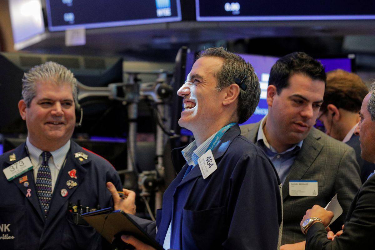 Na Wall Streetu se nadaljujejo bikovska gibanja. Dow Jones (35.366 točk) in S & P 500 (4.486 točk) sta se v torek le za malenkost zvišala, Nasdaq pa je pridobil polovico odstotka, pri čemer se je njegova vrednost prvič v zgodovini povzpela nad 15 tisoč točk. Foto: Reuters
