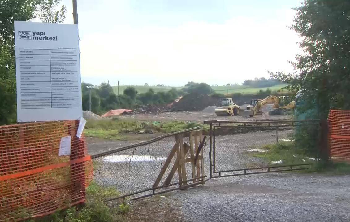 Turško podjetje je pri vasi Orehek začelo postavljati kontejnersko spalno naselje za 450 delavcev, ki bodo gradili drugi tir. Foto: TV Slovenija, zajem zaslona