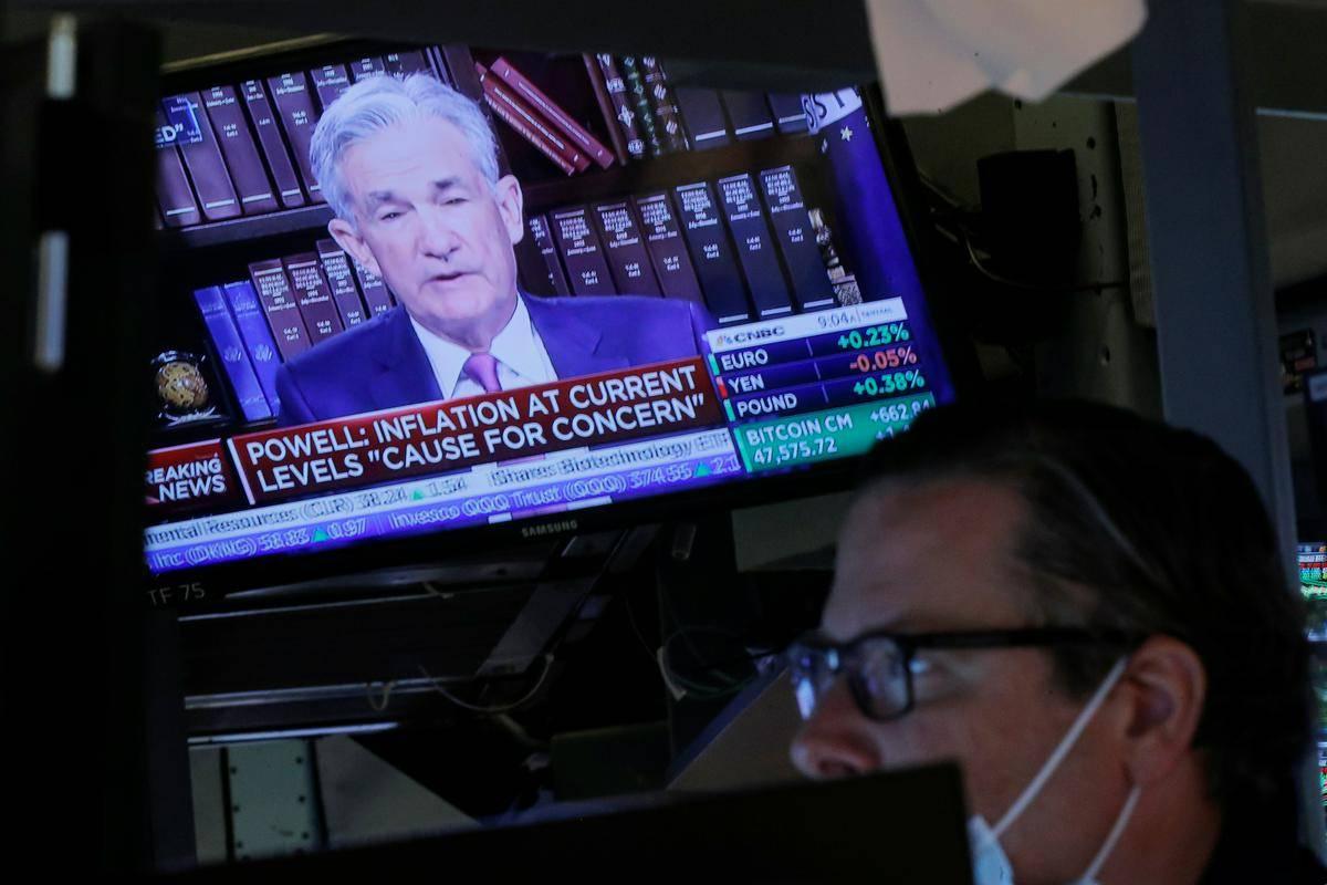 Nekateri analitiki so se bali, da bo Fed že s 1. oktobrom začel postopek zmanjševanja obsega odkupov obveznic v okviru programa QE, toda guverner Jerome Powell na virtualnem srečanju centralnih bankirjev v Jackson Holu tega ni omenjal. Odziv Wall Streeta je bil zelo pozitiven, Dow Jones je v petek pridobil 0,69 odstotka, indeks Nasdaq pa 1,23 odstotka. Foto: Reuters