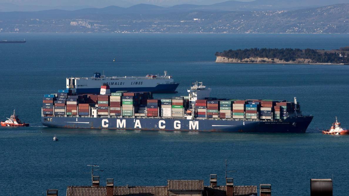 Tovorni ladijski promet postaja drag kot žafran, saj se je na primer cena za prevoz zabojnikov kar poosmerila. Foto: BoBo