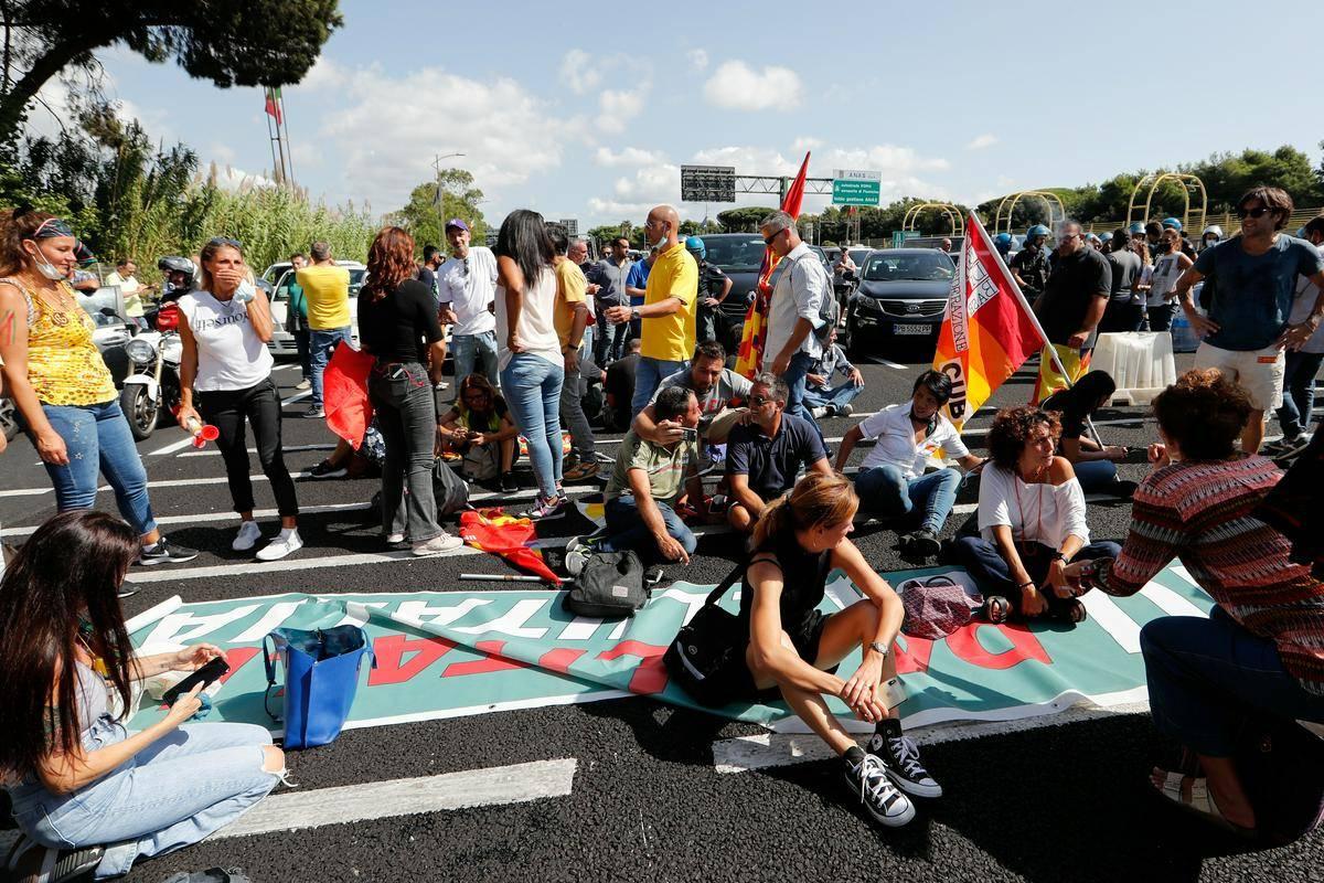 Protestniki so se usedli na avtocesto. Foto: Reuters