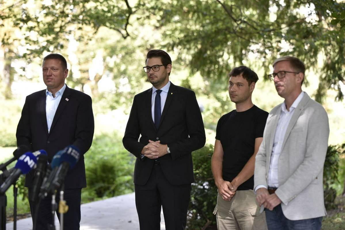 Predstavniki poslanskih skupin strank SD, LMŠ, Levica, SAB in NeP. Foto: BoBo/Žiga Živulović ml.