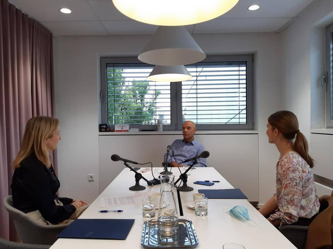 Gost četrte epizode podkasta Srce bije za posel je Tone Strnad, lastnik in predsednik nadzornega odbora hitro rastočega podjetja Medis. Za nakup Medisa, ki ga je ustanovil leta 1989, se praktično vsak teden zanima kakšen finančni sklad. Foto: Radio Slovenija